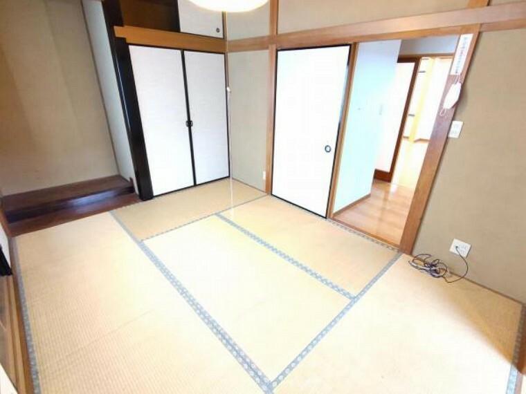 【リフォーム前】1階和室には押入がございます。便利な棚付きで、上下に分けて荷物を収納できます。障子・襖は張り替えます。