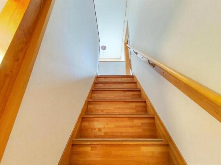 【リフォーム前】階段の手すりは新品に交換致します。小さなお子様からお年を召された方まで安心して上り下りが出来ますね。