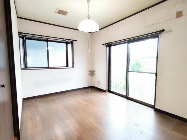 【リフォーム前】2階南東側の洋室です。壁・天井はクロス張替え、床はフローリング上張り、建具は新品に交換します。