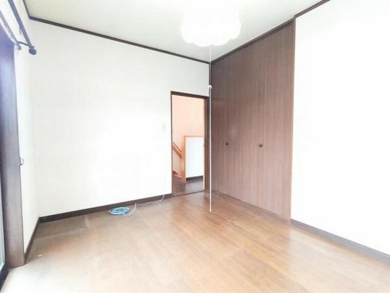 【リフォーム前】2階南東側の洋室のクローゼットは、新品に交換致します。ポール付き枕棚を設置予定で、お洋服をハンガーのまま収納することが出来ます。