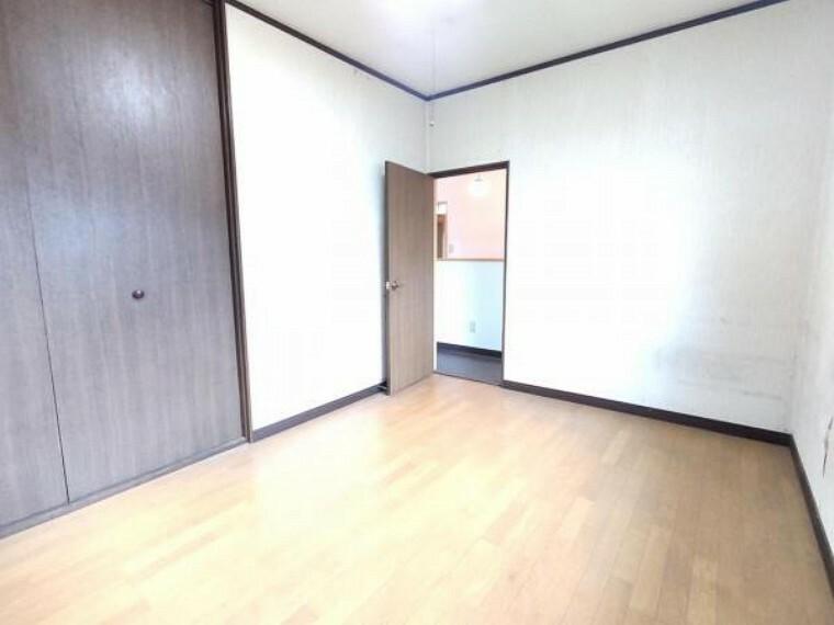 【リフォーム前】2階南東側の洋室のクローゼットは、新品に交換致します。ポール付き枕棚を設置予定です。収納力もオウチ選びの重要なポイントです。