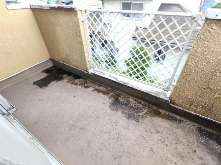 バルコニー 【リフォーム前】バルコニーの床は、防水塗装で仕上げます。南向きで陽当りが良く洗濯物が良く乾きそうですね。