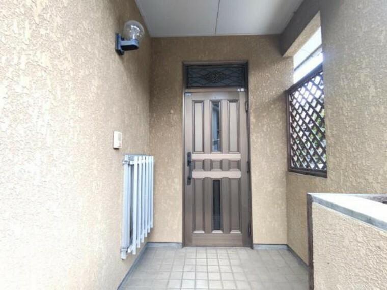 玄関 【リフォーム前】玄関の鍵は新品に交換します。南向きの明るい玄関で毎日のお出かけも気持ちが良いですね。