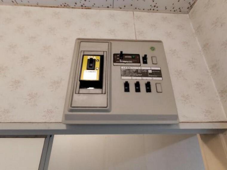 【リフォーム前】分電盤は新品に交換致します。安心・安全に電気をお使いいただけますよ。