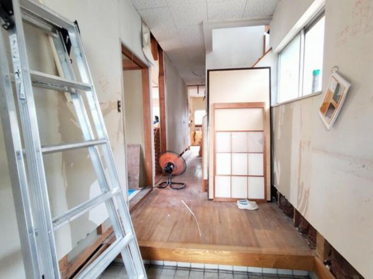 玄関 【リフォーム中8/19撮影】シューズBOXは新品に交換します。散らかりやすい玄関まわりを、スッキリさせてくれますよ。いつも片付いている玄関でお客様をお出迎えできますね。