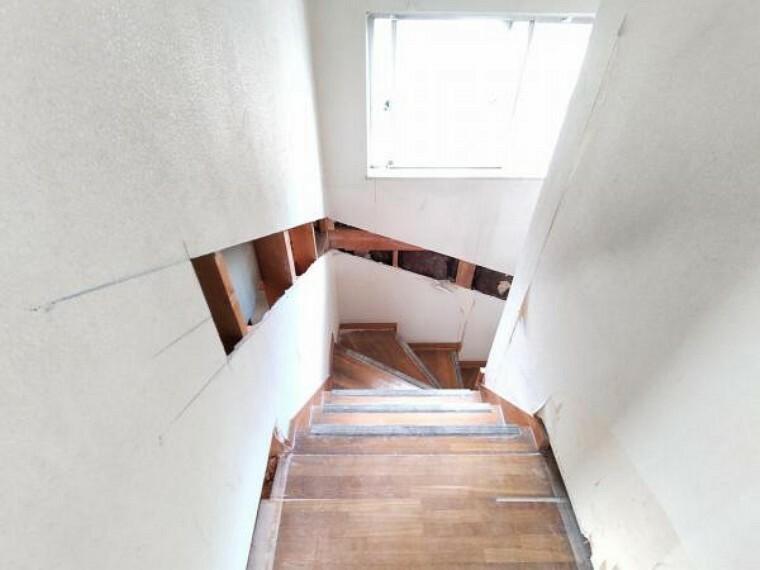 【リフォーム中8/19撮影】階段には手すりを新設致します。小さなお子様からお年を召された方まで安心して上り下りが出来ますね。