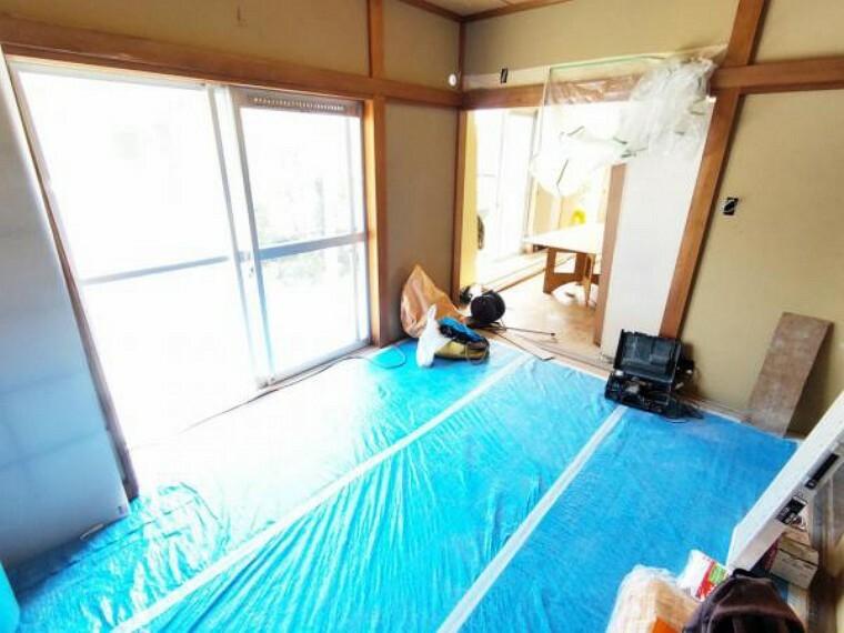【リフォーム中8/26撮影】1階の和室です。畳は表替え、壁・天井はクロス張りにて仕上げます。小さなお子様の遊び場にもなる和室は南側に掃き出し窓もあり明るい空間です。