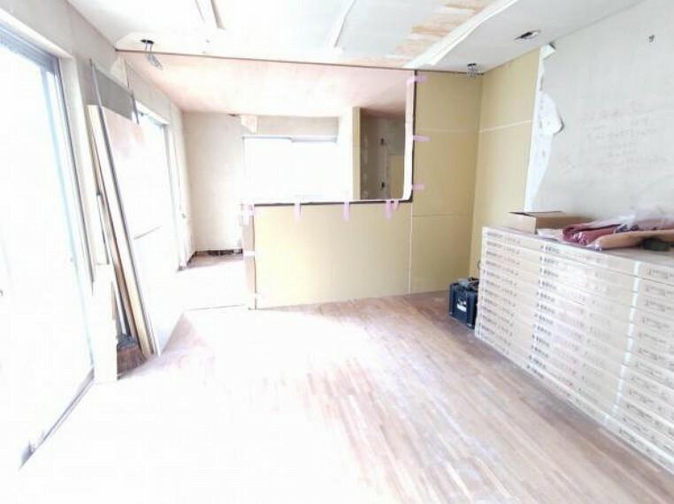 居間・リビング 【リフォーム中9/5撮影】1階のリビングとDKをつなげてLDKを作成しました。壁・天井はクロス張替え、床はフローリング上張り、建具は新品に交換します。