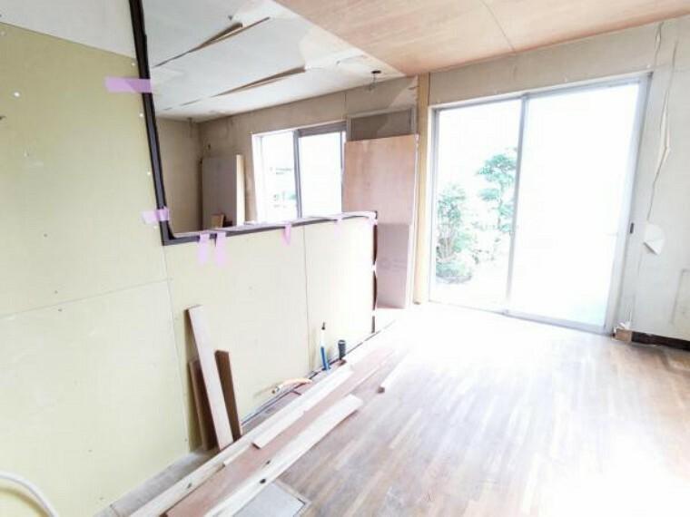 居間・リビング 【リフォーム中9/5撮影】南向きのリビングでご家族の団らんの場に最適ですね。壁・天井はクロス張替え、床はフローリング上張り、建具は新品に交換します。