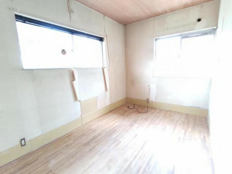 【リフォーム中9/5撮影】2階東側の洋室です。壁・天井はクロス張替え、床はフローリング上張り、建具は新品に交換します。