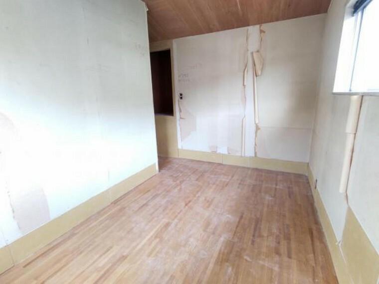 【リフォーム中9/5撮影】2階東側の洋室の収納は、クローゼットに変更致します。ポール付き枕棚を設置予定で、お洋服をハンガーのまま収納することが出来ます。