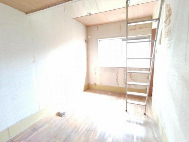 【リフォーム中9/5撮影】2階中央の洋室です。壁・天井はクロス張替え、床はフローリング上張り、建具は新品に交換します。