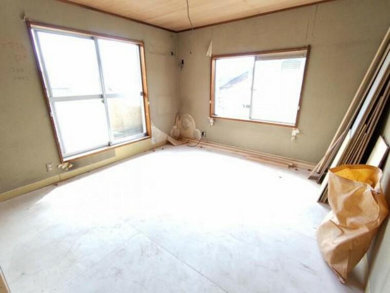 【リフォーム中9/5撮影】2階の和室です。畳は表替え、壁・天井はクロス張りにて仕上げます。南側の窓から差し込む日差しがあたたかいお部屋です。