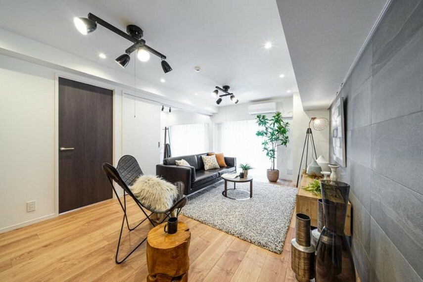 リビングダイニング 床材には広幅デザインで立体感のあるトリニティを使用しました。お手入れのしやすさも魅力です。