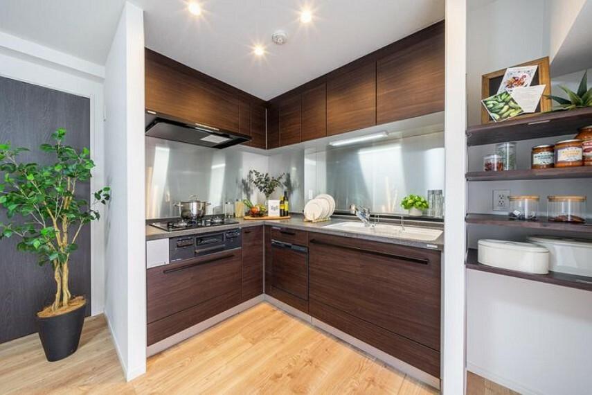 キッチン トクラス製システムキッチンを新規設置しました。L字型で作業がしやすく、収納も豊富です。