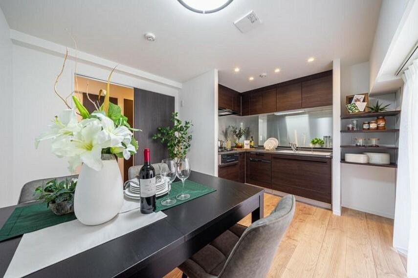 ダイニングキッチン ダイニングキッチン(約8.2帖)はダイニングテーブルセットを設置しても広々とした空間です。