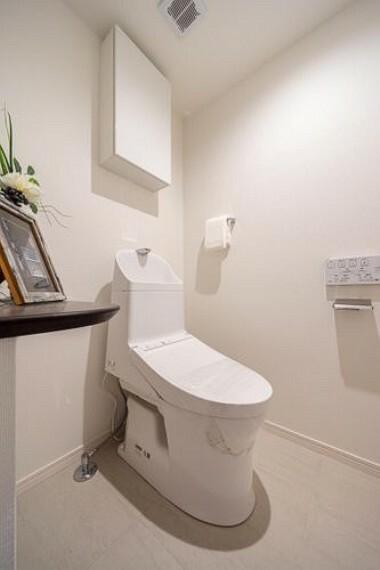 トイレ TOTO製洗浄便座付トイレを新規設置しました。収納やインテリアに利用できるカウンターを備え付けました。