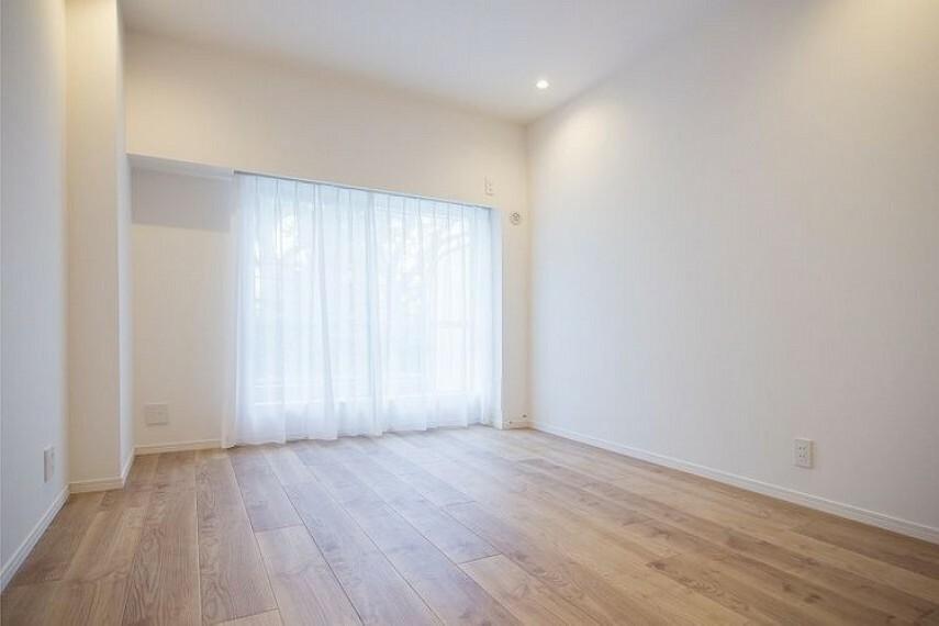 洋室 南東向きの洋室1(約7.1帖)です。陽当たりが良く明るいお部屋です。