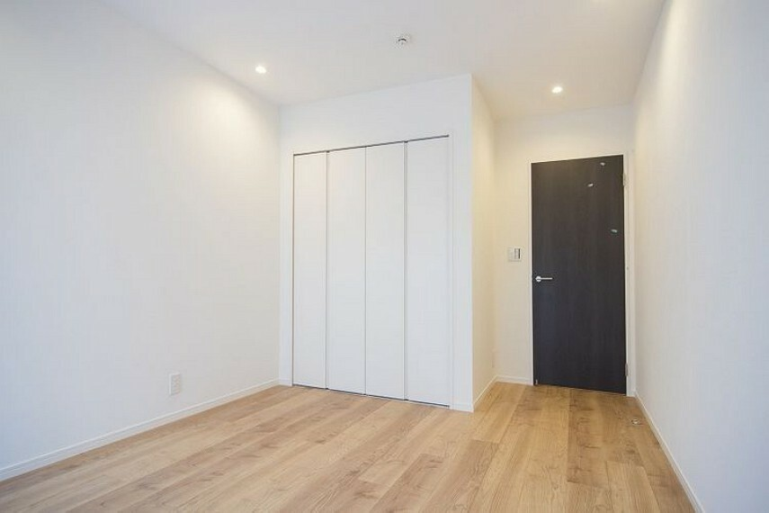 寝室 洋室1のクローゼットです。既に収納スペースが確保されているので、お部屋のレイアウトがしやすいです。