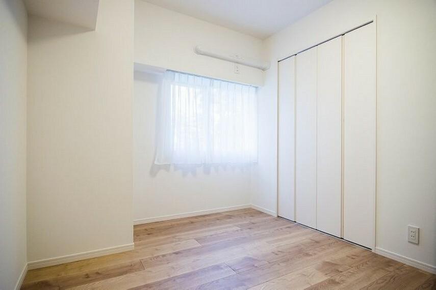北東向きの窓とクローゼットがある洋室3(約5.3帖)です。