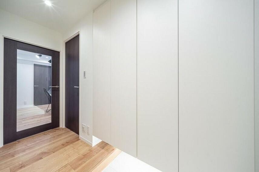 収納 玄関にはフットライト付シューズボックスがあり、収納豊富です。