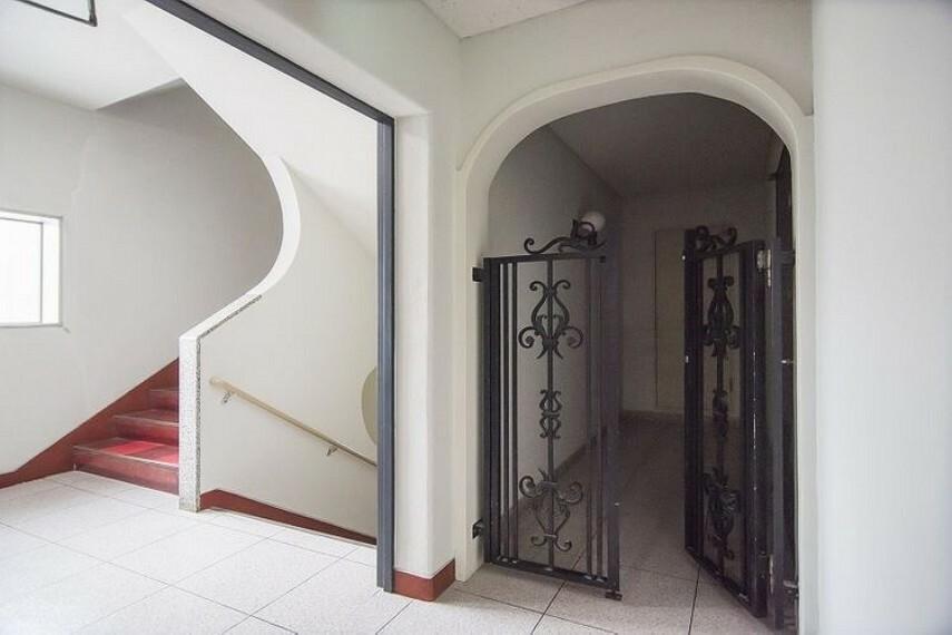 玄関前にはアルコープがあり、パーソナルスペースが確保されています。