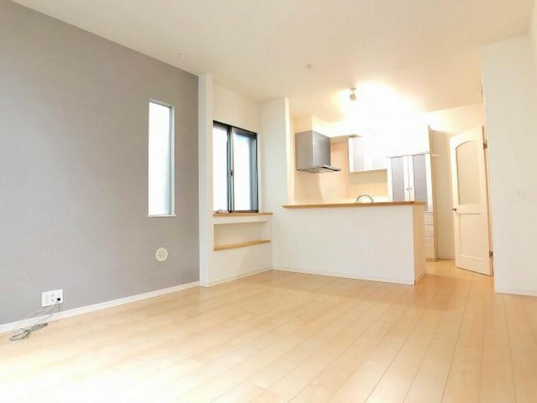 居間・リビング リビングを中心とした間取りが、明るいファミリー空間を実現 来客時もおしゃべりをしながら料理ができる嬉しい対面キッチン
