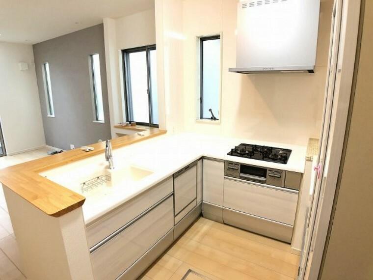 キッチン 使い勝手の良いL字型キッチン 食洗機付きなので、食後の家事が楽になりますね