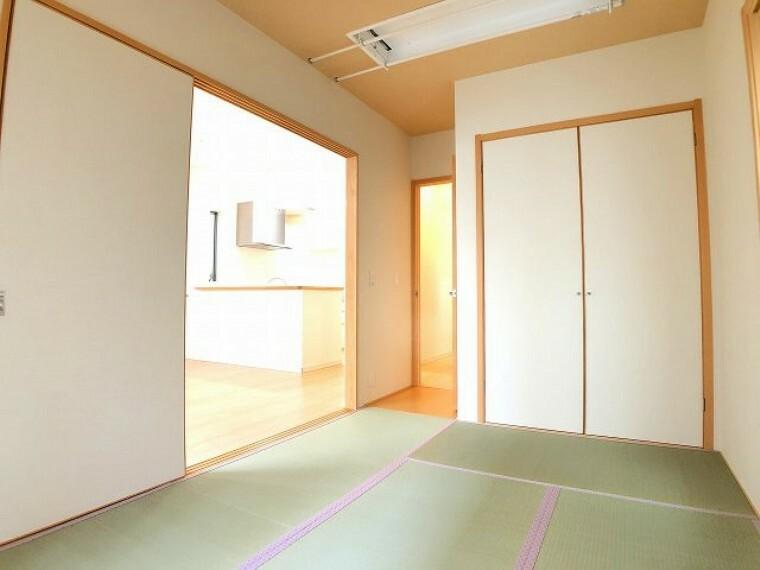 和室 リビングの隣は和室、お子様のお昼寝タイムや来客時に便利ですね