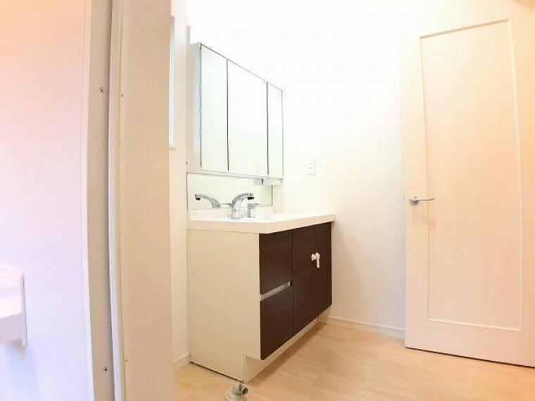 洗面化粧台 浴室乾燥付きなので、雨の日の洗濯の不安がなくなりますね。奥様の洗濯干しも洗面と繋がっているので時間短縮にもなりますね