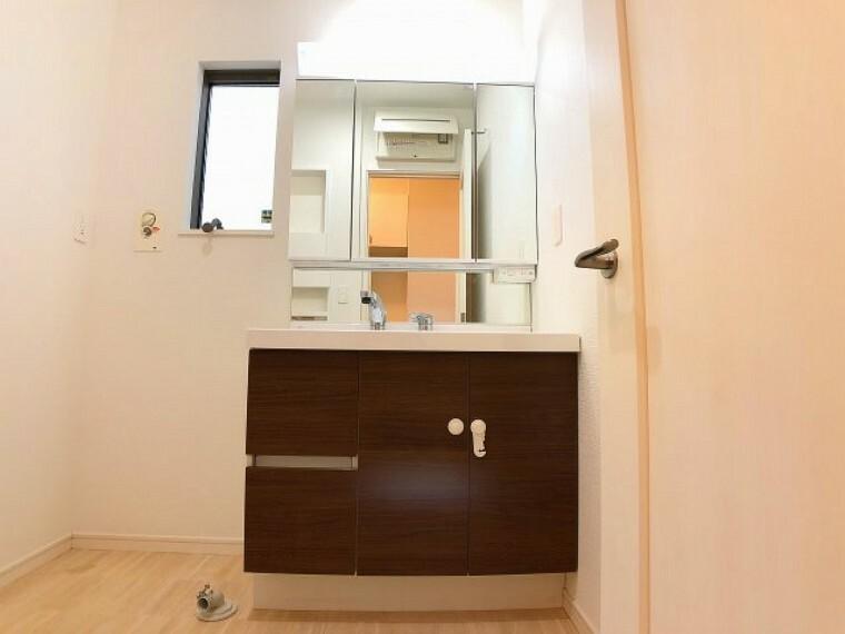 洗面化粧台 洗面台は三面鏡となっていて裏側には小物がしまえる収納つきとなっていますのでスッキリ使えます。