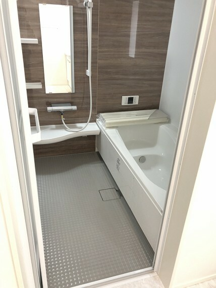 浴室 清潔感のある浴室。広い浴槽で足を延ばし、一日の疲れを癒してください。