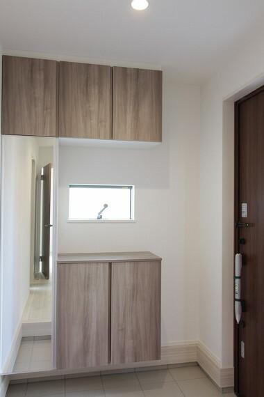 玄関 玄関には収納や鏡もあります。