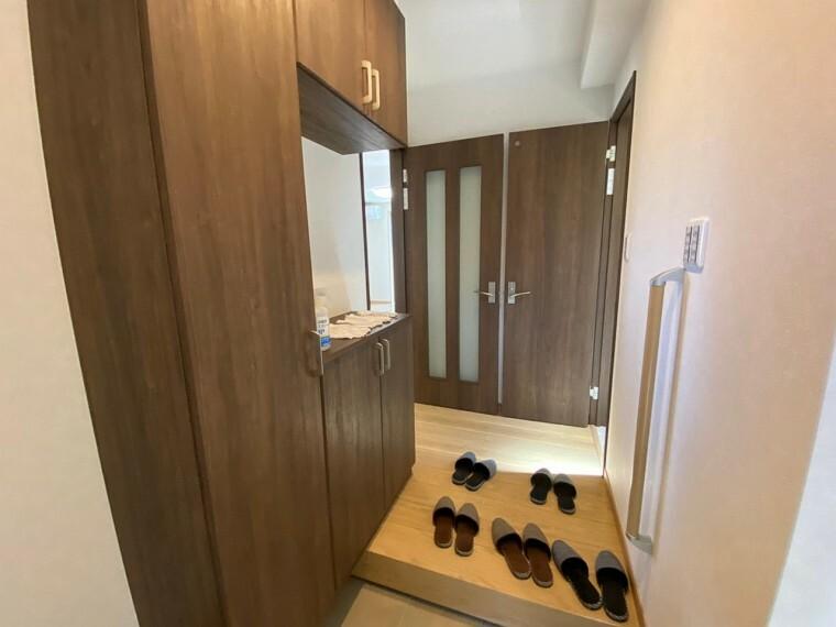玄関 充実の玄関収納! 手すりもついた、安心安全設計です!