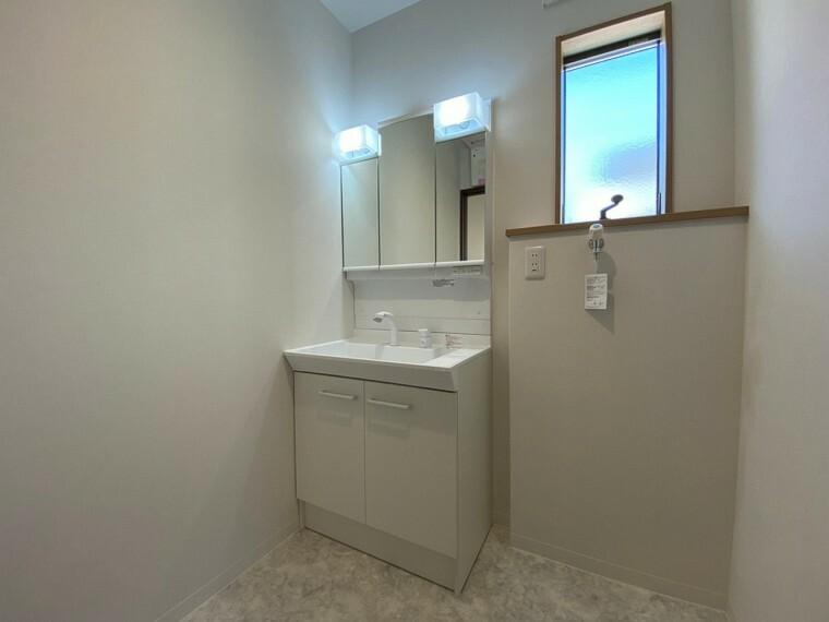 洗面化粧台 洗面化粧台は三面鏡仕様で使い勝手がよく、収納も備えています。