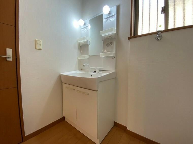 洗面化粧台 明かりが付いている洗面台です。