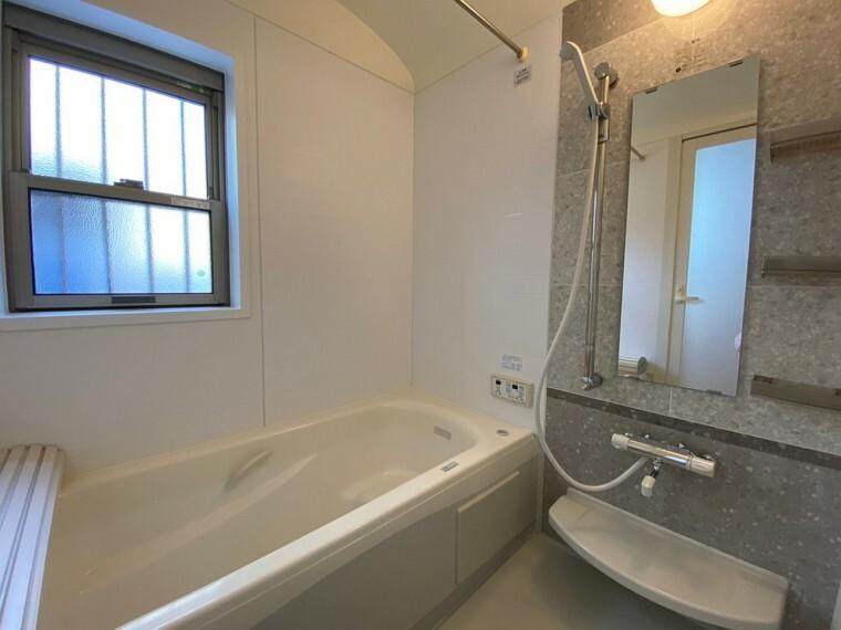 浴室 ゆったり入れるバスルームです。 浴槽もワイドバスタブなのでゆっくり湯船に浸かれます。