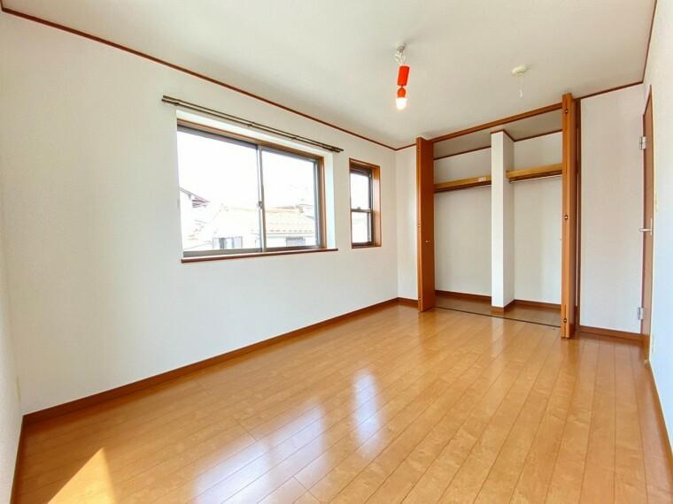 洋室 2階の約6.7帖の洋室です。 各部屋に収納がございます。