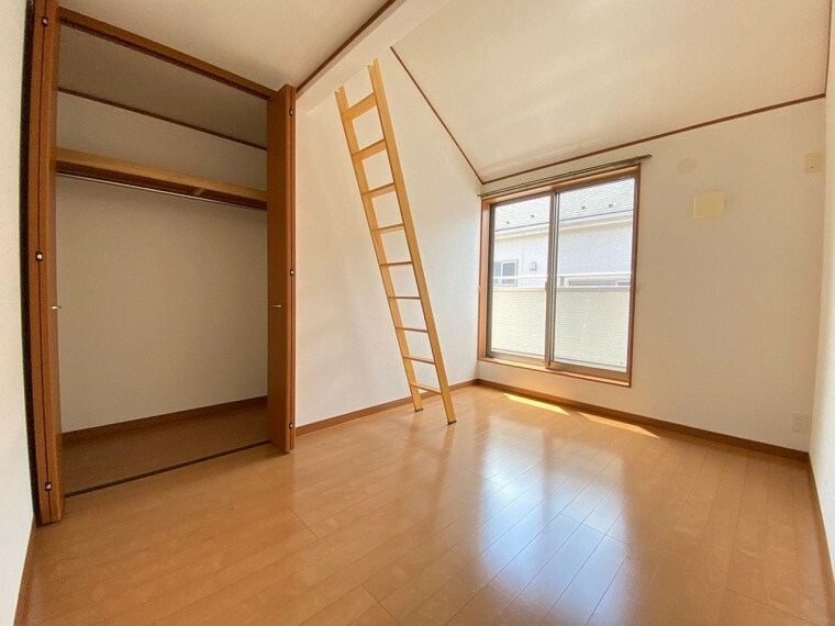 洋室 2階の約5帖の洋室です。 ロフト+収納がございます。