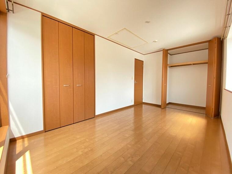 洋室 2階の約7.5帖の洋室です。 収納2箇所+天井収納がございます。