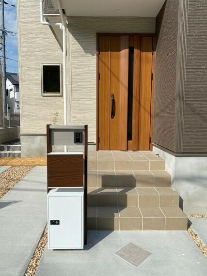 外観・現況 玄関ドアです。モニター付きインターホン付。宅配BOXもありますので、不在時の荷物の受け取りにも安心です。