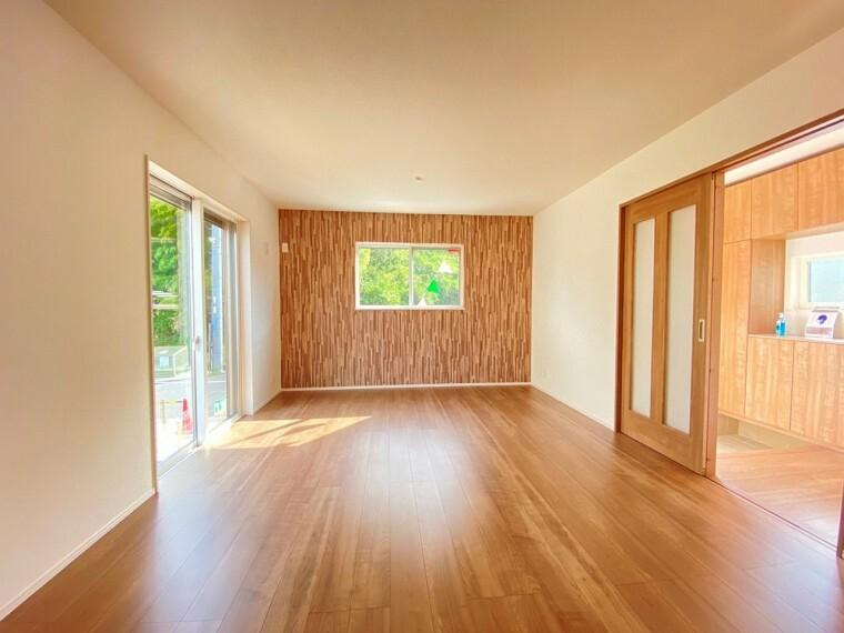 居間・リビング リビングです。 広い窓から光が差し込みます。