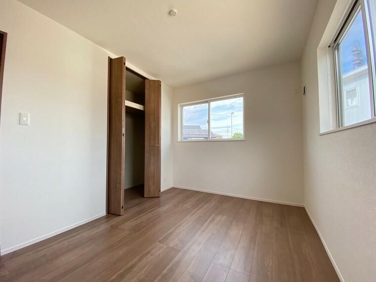 洋室 二階洋室。クローゼット付き。窓からの光も十分あります。