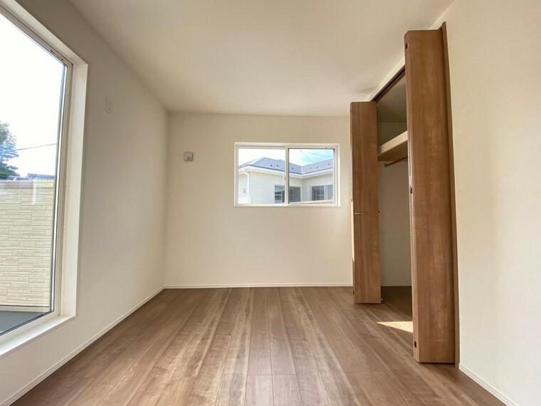 洋室 二階洋室。クローゼット付き。クローゼット内部、棚があるため、収納力があります。