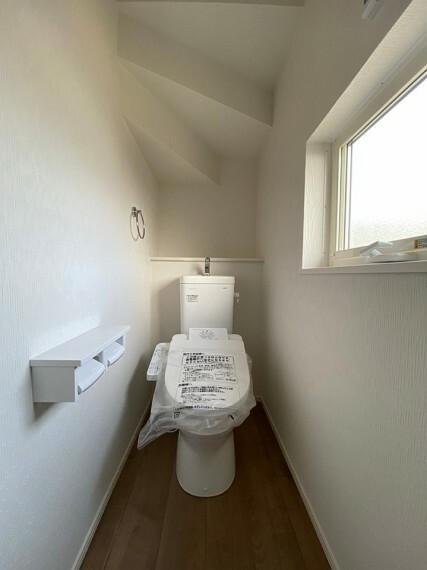 トイレ 階段下の空間を利用した1階トイレです。