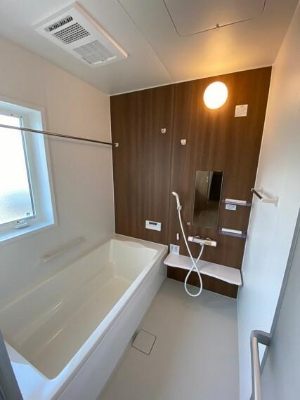 浴室 浴室乾燥機つきです。 お洗濯の乾きにくい梅雨の時期や、外には干したくないお洋服などに便利です
