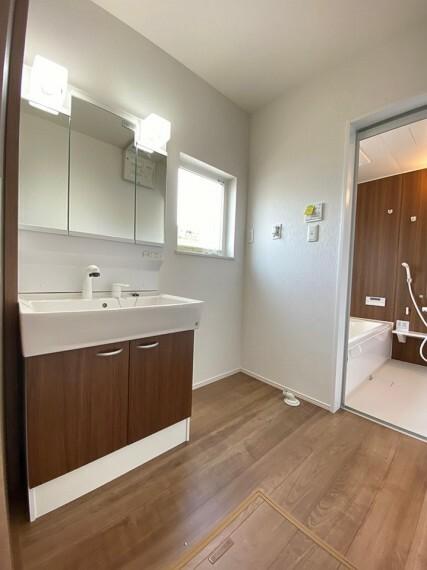 洗面化粧台 シャワー付き洗面化粧台です。 手洗いしたい衣類等と洗う際にも便利です。