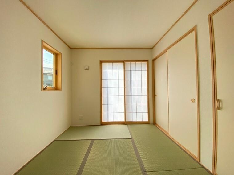 和室 4.5帖の和室です。押入収納もありますので、季節物等を収納できます。
