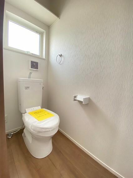 トイレ 1階トイレです。上部に棚がありますので、消耗品等を置いておく事ができます。