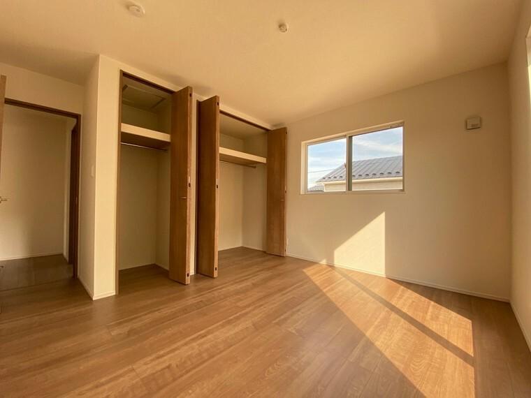 洋室 二階洋室。容量たっぷりなクローゼット付き。